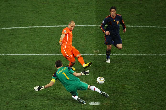 2010: Arjen Robben kan scoren tegen Spanje maar de teen van Iker Casillas weerhoudt hem daarvan.