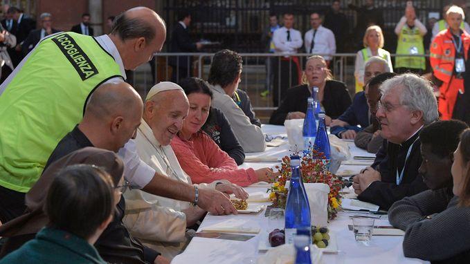 Twee gevangenen maken gebruik van lunch met de paus om te vluchten