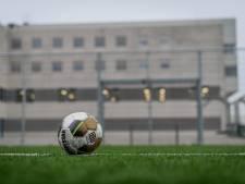 Internationaal voetbaltoernooi binnen de muren van de bajes in Almelo