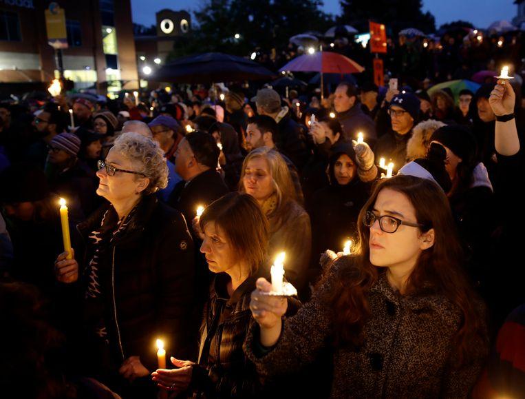 Inwoners van Pittsburgh houden een wake in de buurt van de aangevallen synagoge.  Beeld AP