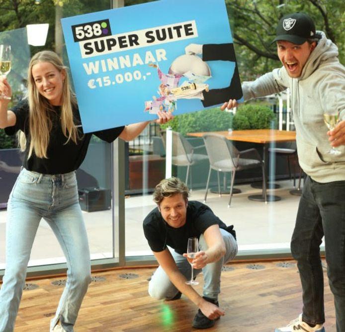 Sara met de Radio 538-dj's op de foto.