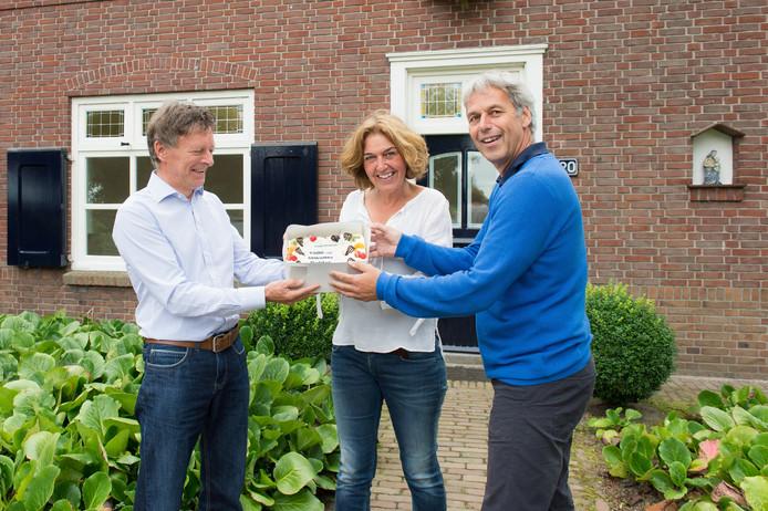 Annemiek Danen is de 1000e inwoner van Galder. Ze krijgt een taart uitgereikt van Frans Goethals. Geheel rechts staat Jaap Beesems, de 1001e inwoner.