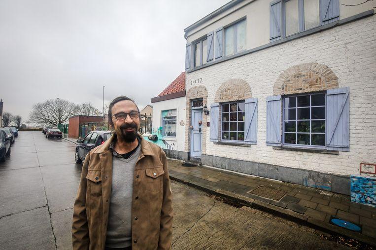 Chris Lowyck voor zijn woonst in de Brugstraat in Stene.