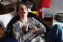 Gunay (47) is in slaap gevallen op haar kamer. Op het dressoir staat haar trouwfoto (zie boven). Patiënten verliezen niet alleen hun geheugen en persoonlijkheid, maar ook hun uiterlijk.