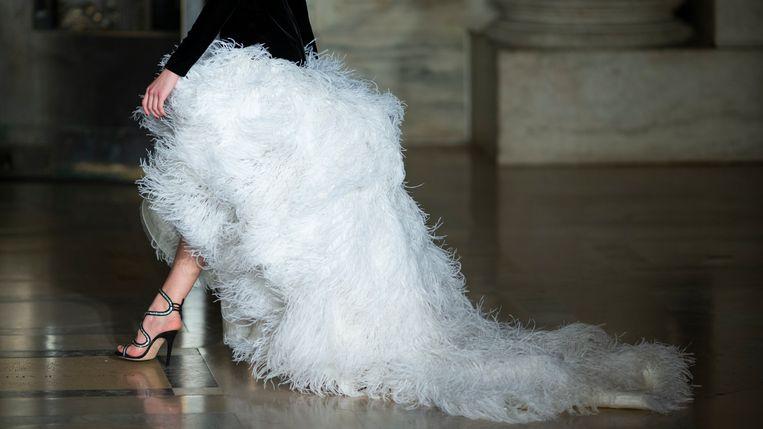 Foto ter illustratie: een model op de catwalk van Oscar de la Renta in New York.