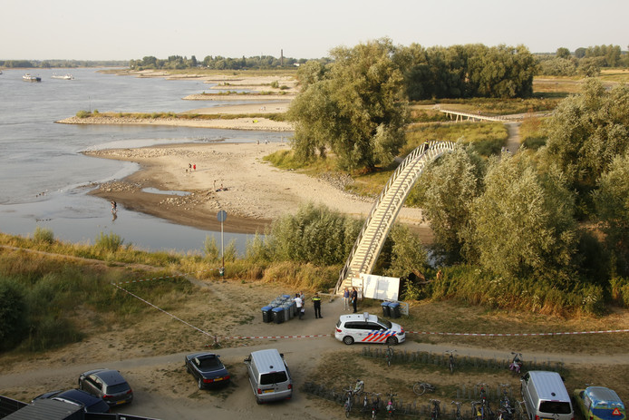 Zaterdagavond 21 juli is een stoffelijk overschot aangetroffen onderaan wandelbrug Ooypoort in Nijmegen.