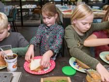 Schoolontbijtje in Putten met de burgemeestersketting om