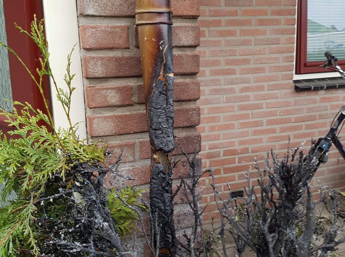 De regenpijp smeulde deels weg door de brand.