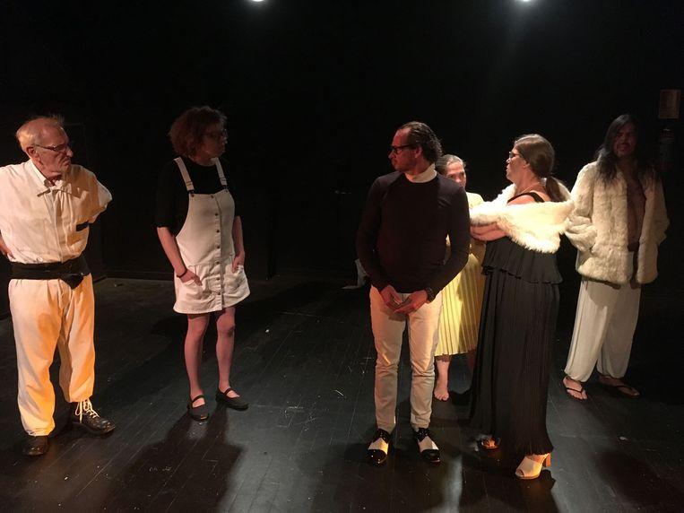 In 'Ik zie spoken' spelen zes acteurs.