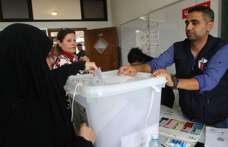 Een Libanese vrouw deponeert haar stembiljet.