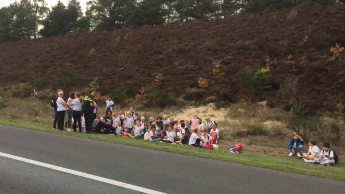 De kinderen moesten langs de snelweg wachten op vervangend vervoer.