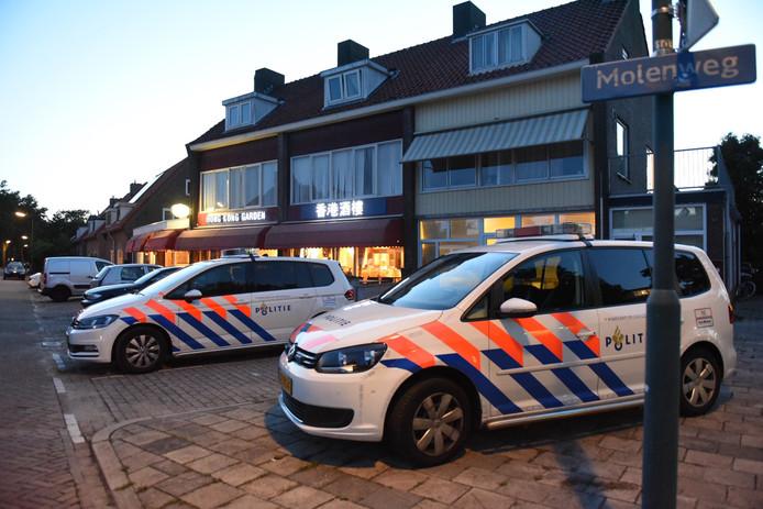 Politiewagens bij het overvallen restaurant.