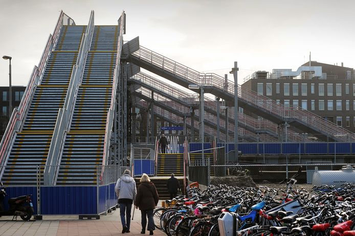 De tijdelijke spoorbrug over de spoorlijnen die leidt naar de Willemstraat. foto Ron Magielse/het fotoburo