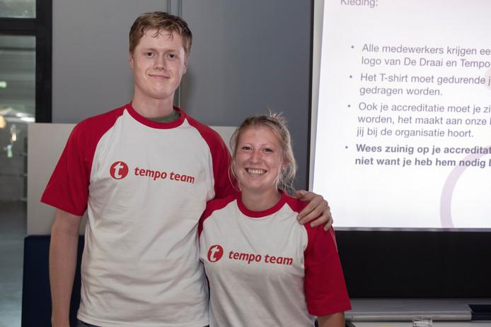Twee vrijwilligers Pascal de Korte en Cheline van Akkeren mochten de nieuwe shirts presenteren aan het begin van de avond. Foto Chris van Klinken