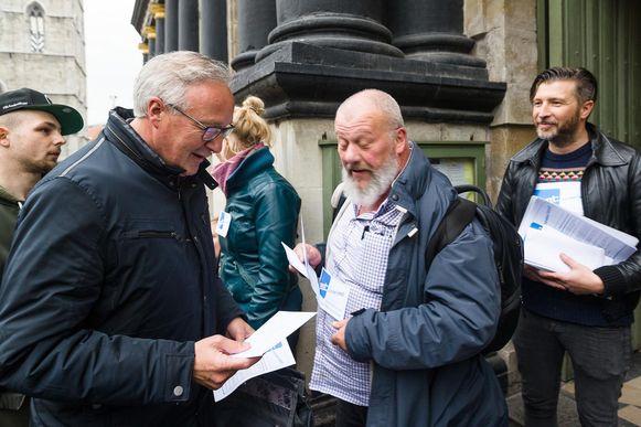 Rudy Coddens krijgt van de protestanten een pamflet in de handen gestopt.