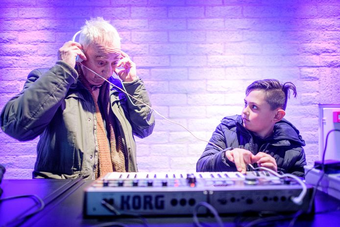 De synthesizer is bezig aan een revival. Daarom heeft de Enschedese muzikant/producer Marcel de Groot een complete theatershow opgezet rond het elektronische instrumen. Ayden de Haas is met zijn grootouders Bert de Haas en Annelies van Burg aan het kijken.