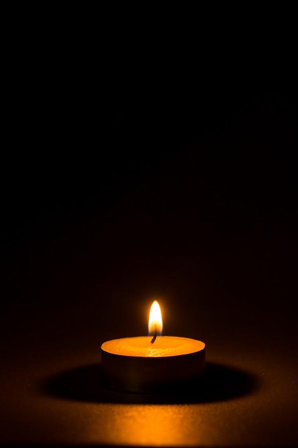 Waxinelichtje in het donker.
