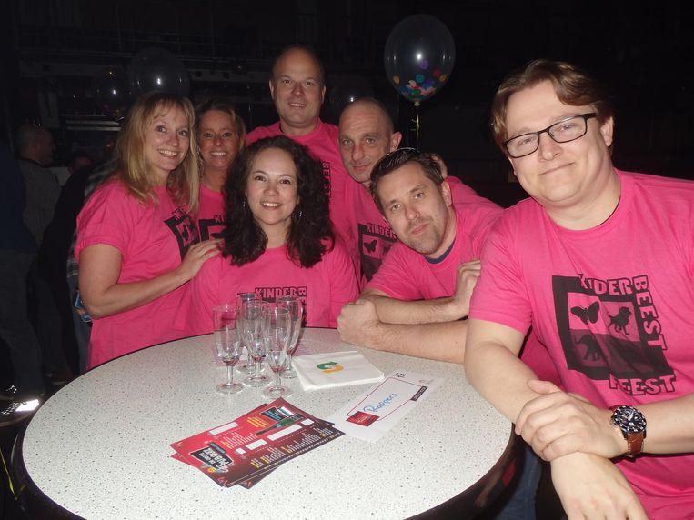Team KinderBeestFeest van Artis, voorheen het goede doel van de avond. In het midden oud-Amsterdammer van het Jaar Iris Kuethe Beeld Schuim