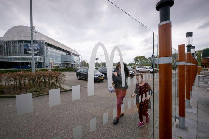 Blik op GelreDome vanuit de naastliggende vestiging van McDonald's. De parkeerplaatsen bij het stadion zijn ook bedoeld als transferium, maar bijna niemand maakt er gebruik van.