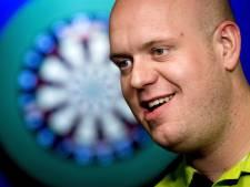 Michael van Gerwen houdt verkoopster dartbord voor de gek en Guus Meeuwis heeft zand tussen zijn oren