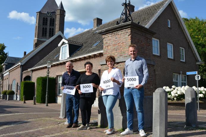 De 2000ste, 3000ste, 4000ste en 5000ste inwoner van de voormalige gemeente Geffen bij de dorpspomp. Van links naar rechts: Joop van Schaik, Henriëtte van Bergen, Maddy van de Akker-Huibers en Jan Verhagen.