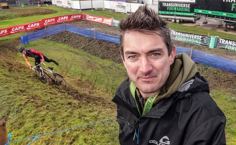 Eventmanager Geert Hoste bij een schuine helling aan de Collegebrug. Een technisch stuk, met mogelijk valpartijen. Veel crossers testen het parcours nu al uit.