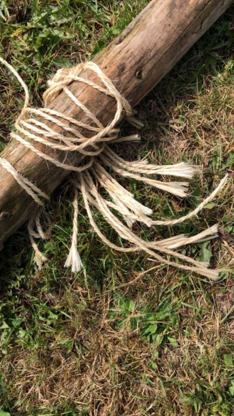 Vandalen sneden de touwen door.