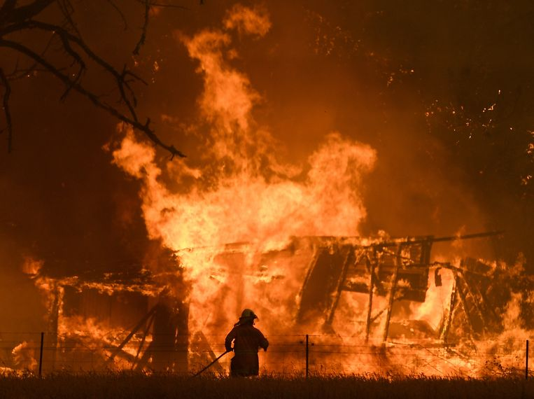 De brandweer probeert een huis te redden in de Blue Mountains ten westen van Sydney. De foto werd eerder deze maand genomen.