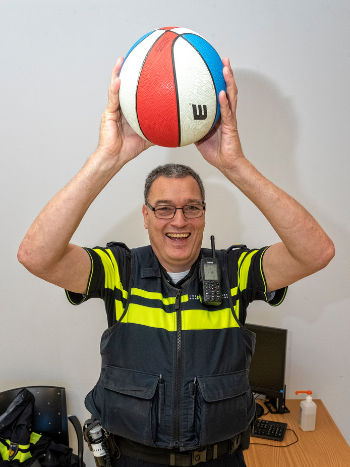 """Ronald Jonkman basketbalt weer bij zjin club BVA Tigers. ,,Krijg ik nu weer een bal op mijn hoofd, dan is dat alleen maar een goede test."""""""
