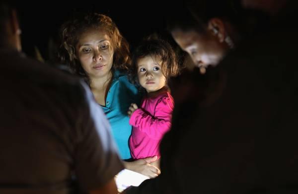 **Honderden kinderen worden in Texas gescheiden van ouders en vastgehouden in kooien**