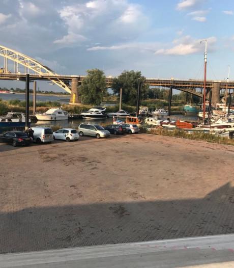 Foutje: parkeerplek aan Waalkade tòch illegaal
