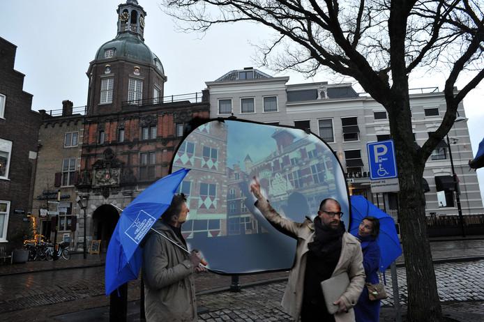 Bij de Groothoofdspoort demonstreren initiatiefnemers Theo Pronk en Bram Vreugdenhil hoe de Synode-app werkt.
