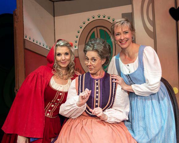 Dorothy Wuyts, Liv Van Aelst en Katrien De Becker kruipen respectievelijk in de huid van Roodkapje, de oma en de mama.