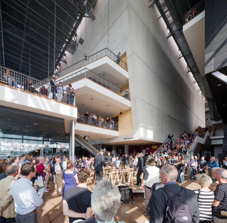 De foyer van Muziekgebouw aan 't IJ wordt omgetoverd tot picknickruimte. Beeld Adam Mork