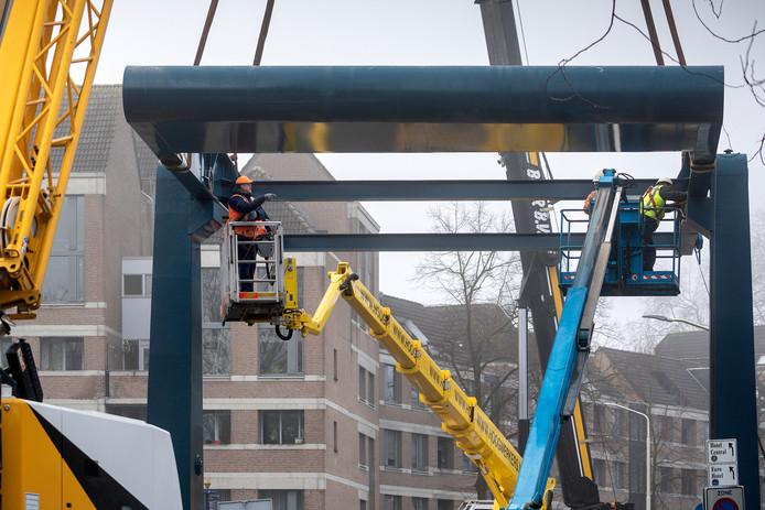 Werkzaamheden aan de bovenbouw van de Orthenbrug. De constructie is er uitsluitend voor het aanzien.