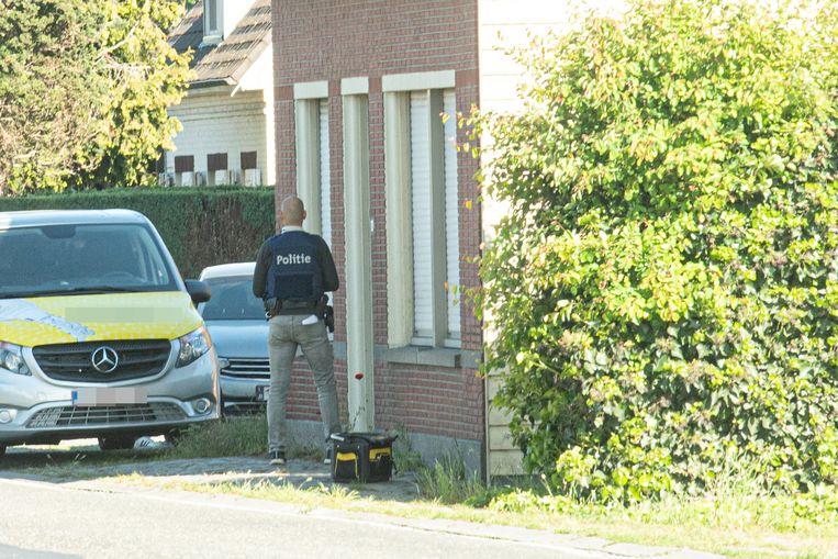 Agenten vielen donderdagochtend de woning en loods binnen.