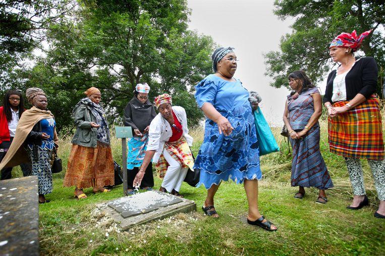 Vrouwen lopen langs het graf van de vermeende slaaf Elieser. Beeld Jean-Pierre Jans www.jeanpierrejans.nl