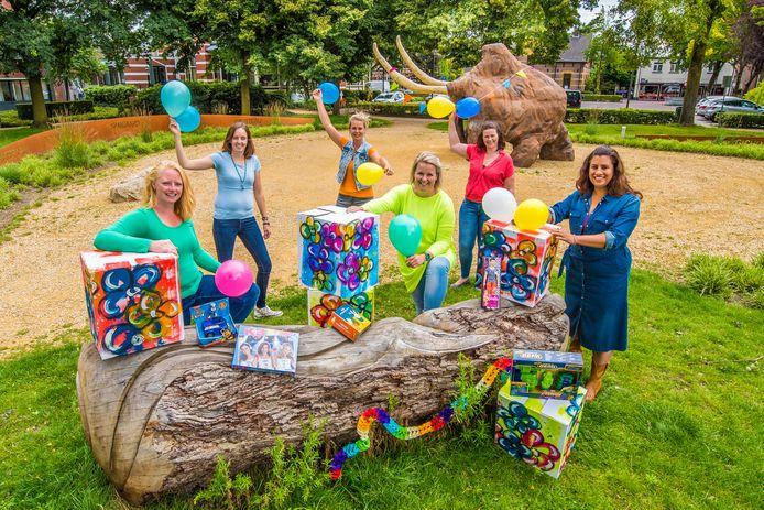 De initiatiefnemers van de Verjaardagsbox voor kinderen uit arme gezinnen. V.l.n.r.: Monique Veldman, Inge Verhaar, Laura Heibrink, Sibylle Velthuis, Leonie Blankenvoort en Marlies Benteler.