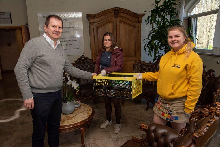 Melanie en Joan brachten knutselwerkjes van de Chiroleden naar de rusthuizen van Sint Jozef en Schelderust in Wetteren.