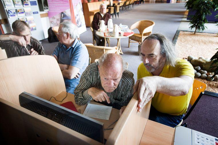 Leden van het Gilde Alphen aan den Rijn geven computerles aan ouderen. Beeld Martijn Beekman / de Volkskrant