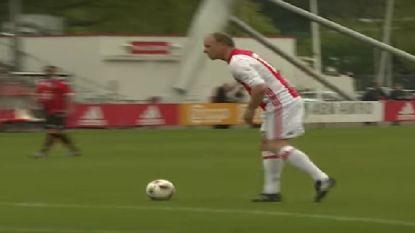 Met weergaloze goal toont Dennis Bergkamp dat hij scoren nog niet is verleerd