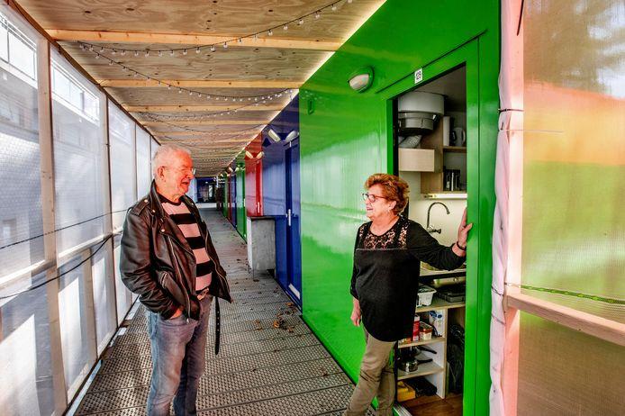 Bewoners Willem Aarts (links) en Karin Hoevenaar bij een van de wooncontainers.