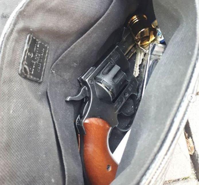 Het vuurwapen zat verstopt in een schoudertas.