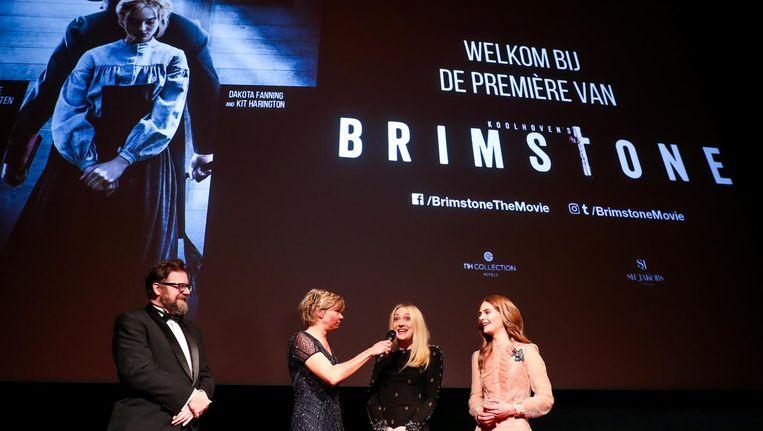 Martin Koolhoven, Dakota Fanning en Emilia Jones tijdens de premiere van de film Brimstone. Beeld anp