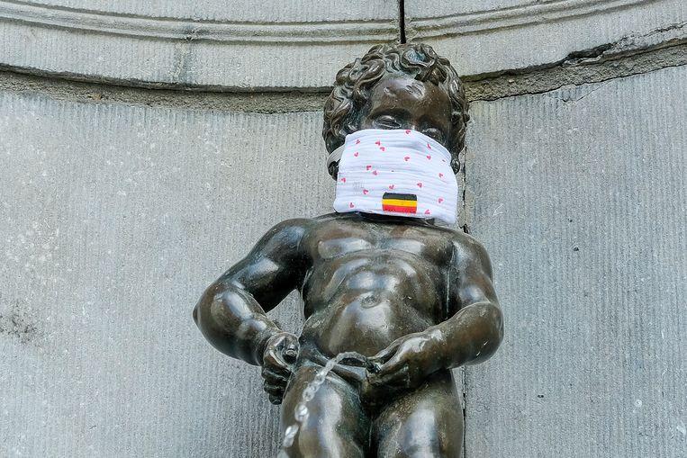 Ook manneken pis in Brussel is een mondmasker opgezet.