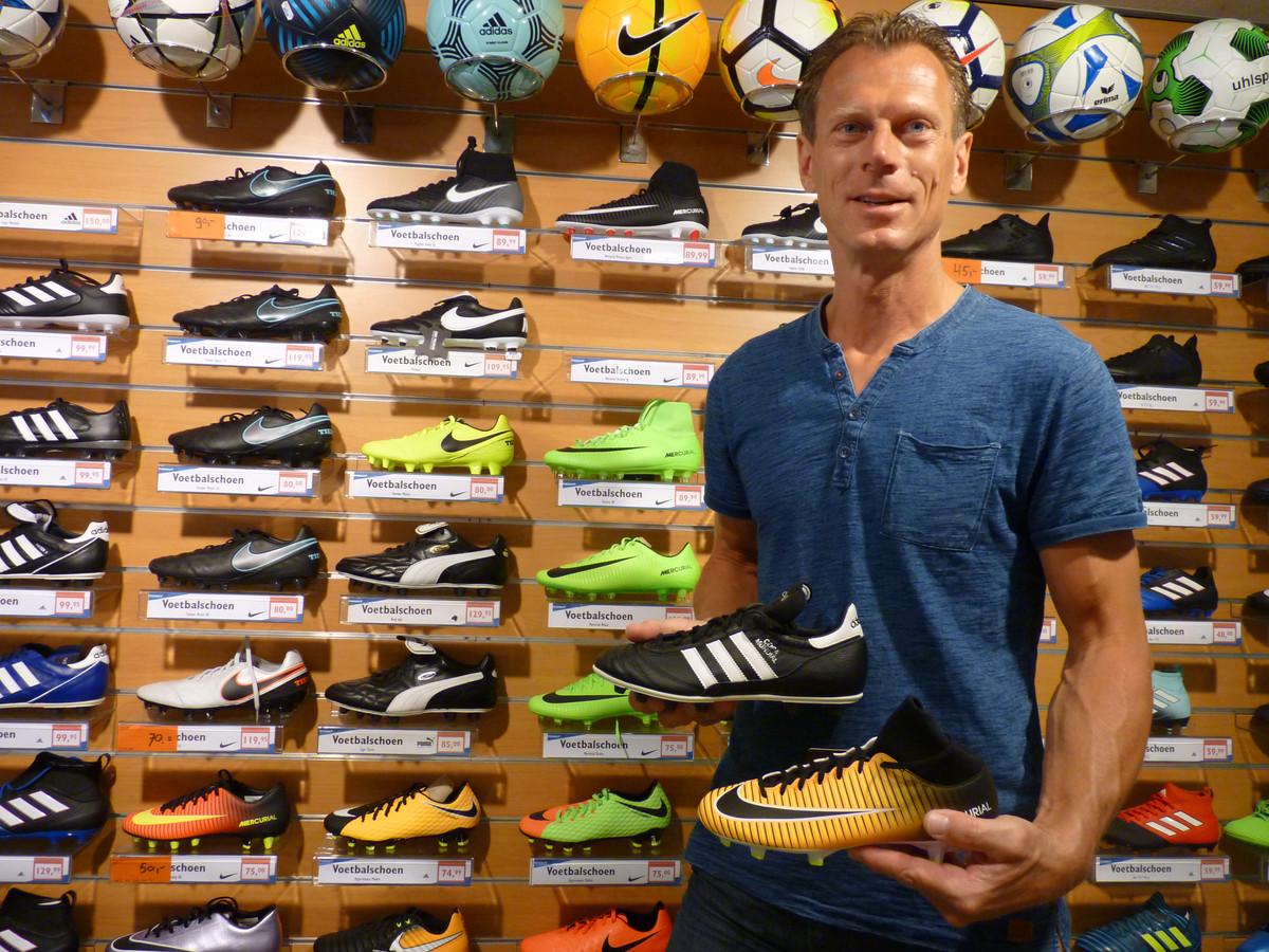 Marc Reuvers van Reuvers Sport. ,,Jeugd gaat steeds meer voor de looks, minder voor de pasvorm. De voetbalschoen is een modeartikel geworden.''