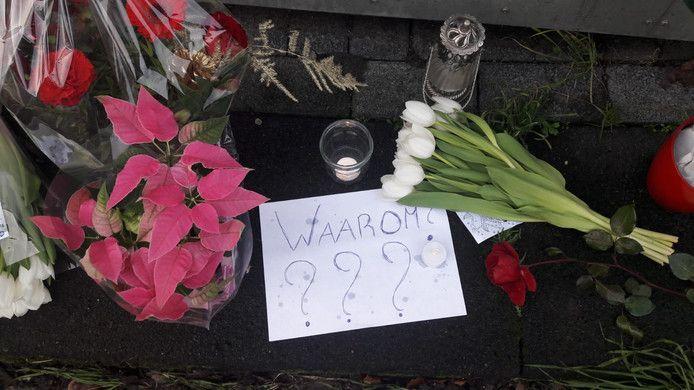Bloemen en kaarsen aan de Hampshire in Hengelo, de plek waar de Almelose Chantal de Vries om het leven kwam.