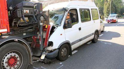 Bestuurder gekneld na klap tegen truck