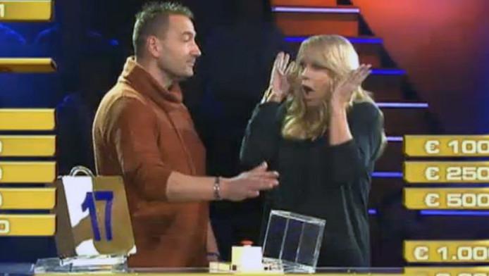 Linda schrikt nadat Arrald op de rode knop drukt