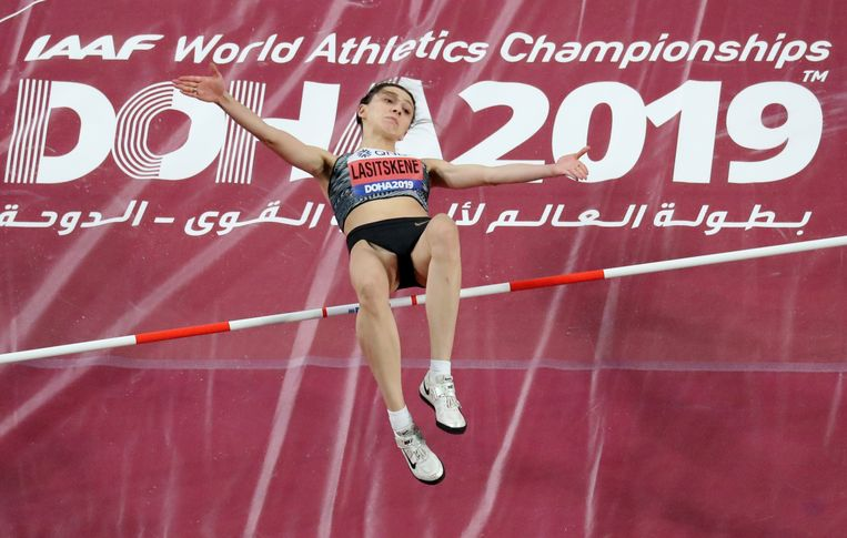 Maria Lasitskene in actie bij de WK atletiek van dit jaar, waar ze opnieuw wereldkampioen werd. Beeld Reuters